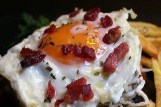 Receta de huevos con gulas y gambas
