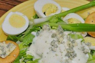 Receta de huevos duros con salsa de roquefort