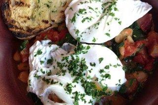 Receta de huevos escalfados sobre ensalada de alubias