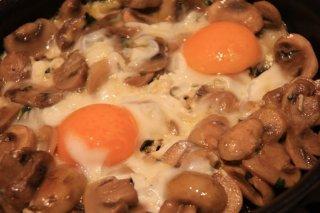 Receta de huevos fritos con champiñones
