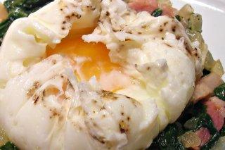Receta de huevos pochados con acelgas