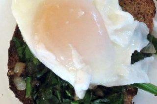 Receta de huevos pochados con hongos