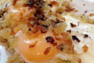 Receta de huevos sobre migas de pan frito