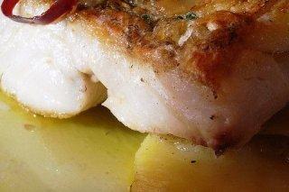 Receta de lomos de merluza al horno con patatas y pimiento