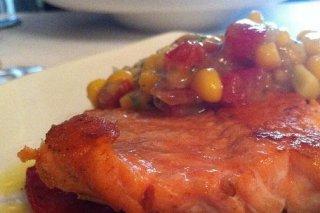 Receta de lomos de salmón a la plancha con picadillo de tomate