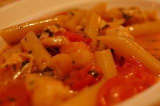 Receta de macarrones con gambas y tomates cherry