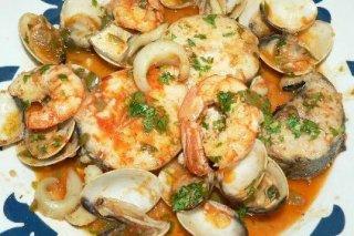Receta de merluza con almejas, langostinos y pimientos del piquillo