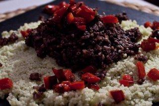 Receta de morcilla con pimiento rojo y cous cous con mostaza