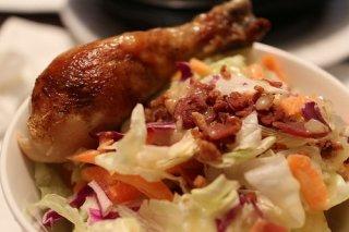 Receta de muslo de pollo dorado con ensalada de col