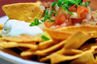 Receta de nachos con guacamole y queso