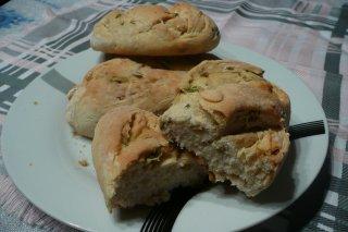 Receta de pan de ajo, olivas verdes y perejil