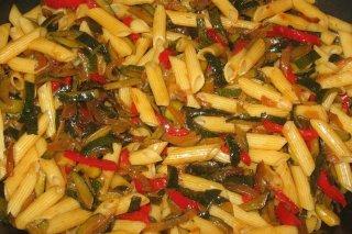 Receta de pasta con piel de calabacín y pimientos