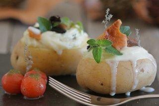 Receta de patata rellena de brandada de bacalao y salsa de ajo