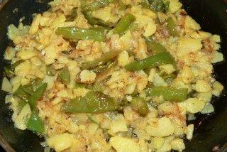 Receta de patatas confitadas con cebolla y pimientos verdes