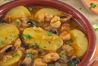 Receta de patatas en salsa con gambas y champiñones