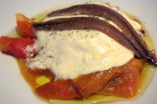Receta de pimientos rojos asados con queso fundido y anchoas