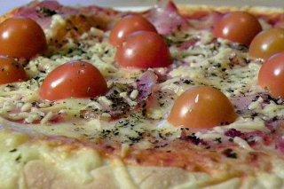 Receta de pizza de bacón y tomate