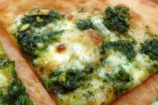Receta de pizza de queso al pesto