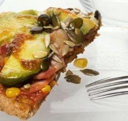Receta de pizza de verduras, aguacates y jamón