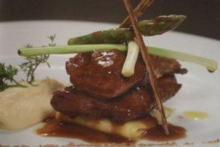Receta de pluma de ibérico con salsa de canela, puré de patatas y verduras