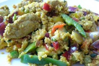 Receta de cuscús con muslos de pollo, verduras y menta