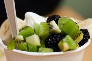 Receta de vasitos de kiwi, plátano, moras y yogur