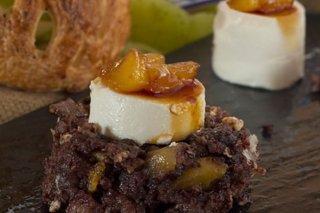 Receta de revuelto de morcilla, manzana caramelizada y queso de cabra