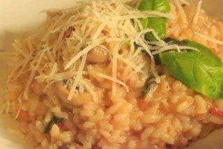 Receta de risotto de champiñones, tomates y albahaca