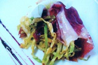 Receta de rollito de jamón con col salteada y reducción de vino blanco