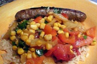 Receta de salchichas frescas con ensalada de arroz y maíz