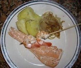 Receta de salmón a la plancha con brocheta de langostinos
