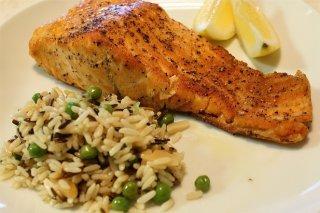 Receta de salmón a la plancha con ensalada de arroz