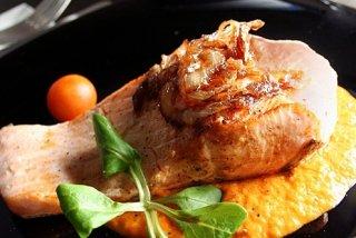 Receta de salmón a la salsa de piquillos y cebolla caramelizada