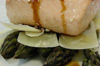 Receta de salmón con queso y espárragos
