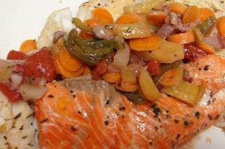 Receta de salmón en papillote con tomates