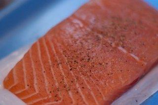 Receta de salmón marinado acompañado de eneldo
