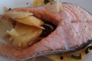 Receta de salmón al horno con patatas, pimientos y cebolla