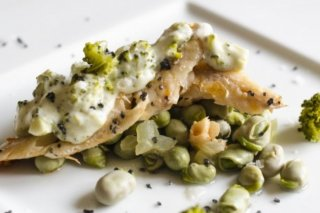 Receta de salmonetes con habitas encebolladas
