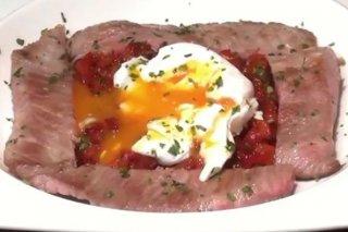 Receta de secreto ibérico con sofrito de pimientos y huevos escalfados