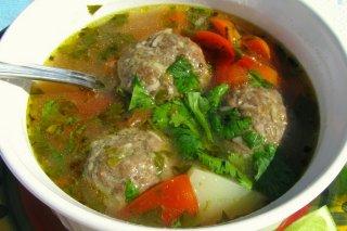Receta de sopa de albóndigas con arroz y cilantro