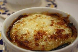 Receta de sopa de cebolla con queso gratinado