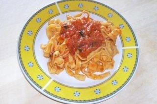 Receta de tallarines caseros con salsa de tomate y albahaca fresca