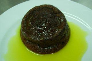 Receta de tarta de chocolate con salsa de naranja
