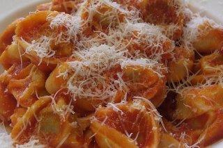 Receta de tortellini de carne con salsa de tomate frito