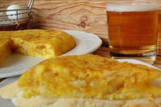 Receta de tortilla de patatas con cebolla y bacalao