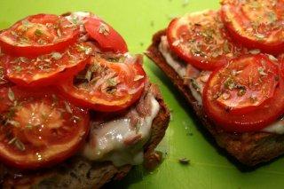 Receta de tosta de atún y tomate con mozzarella