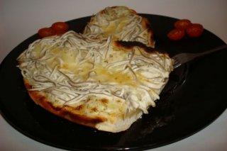 Receta de tosta de gulas, patatas y alioli