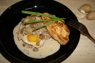 Receta de tosta de huevo con setas a la nata