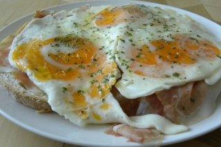 Receta de tosta de jamón y huevos