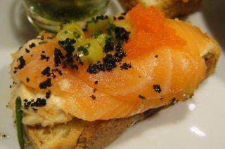 Receta de tostadas de ajo con salmón ahumado
